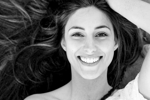 Eine glückliche junge Frau mit strahlendem Lächeln