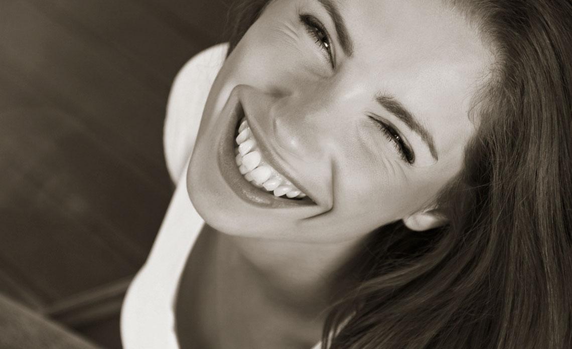 Eine lächelnde Frau schaut in die Kamera