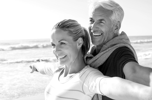 Lächelndes Ehepaar am Strand