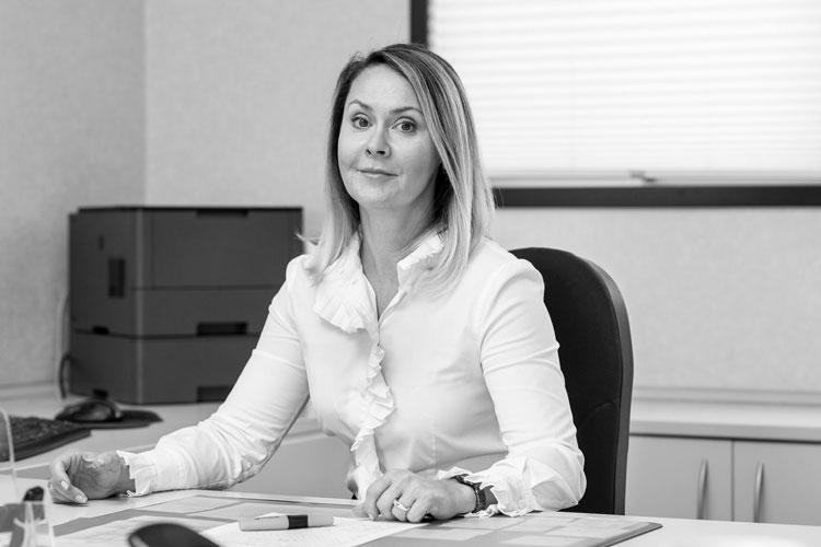 Portrait von Dr. Evelina Fehling. Sie ist Geschäftsführerin, Assistentin für kaufmännische Unternehmensführung und zuständig für Personalangelegenheiten, Buchhaltung, Rechnungstellung und Einkauf im Remscheider Zahnlabor.