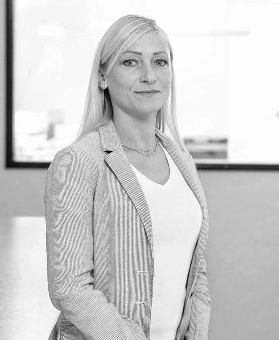 Portrait von Verena Himmeröder. Sie ist Zahntechnikerin, zertifizierte Labormanagerin, zertifizierte Patientenberaterin und Ansprechpartnerin für die Praxisbetreuung.