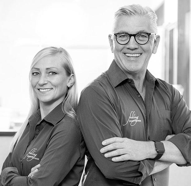 Portraitbild von Zahntechnikerin Verena Himmeröder (links) und Zahntechnikermeister und Geschäftsführer Rainer Fehling (rechts)